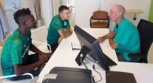 Nuha Marong y Abraham Minero pasan reconocimiento junto al cardiólogo Juan Pablo Hernando en Clínica Mompía, hospital de Igualatorio Cantabria