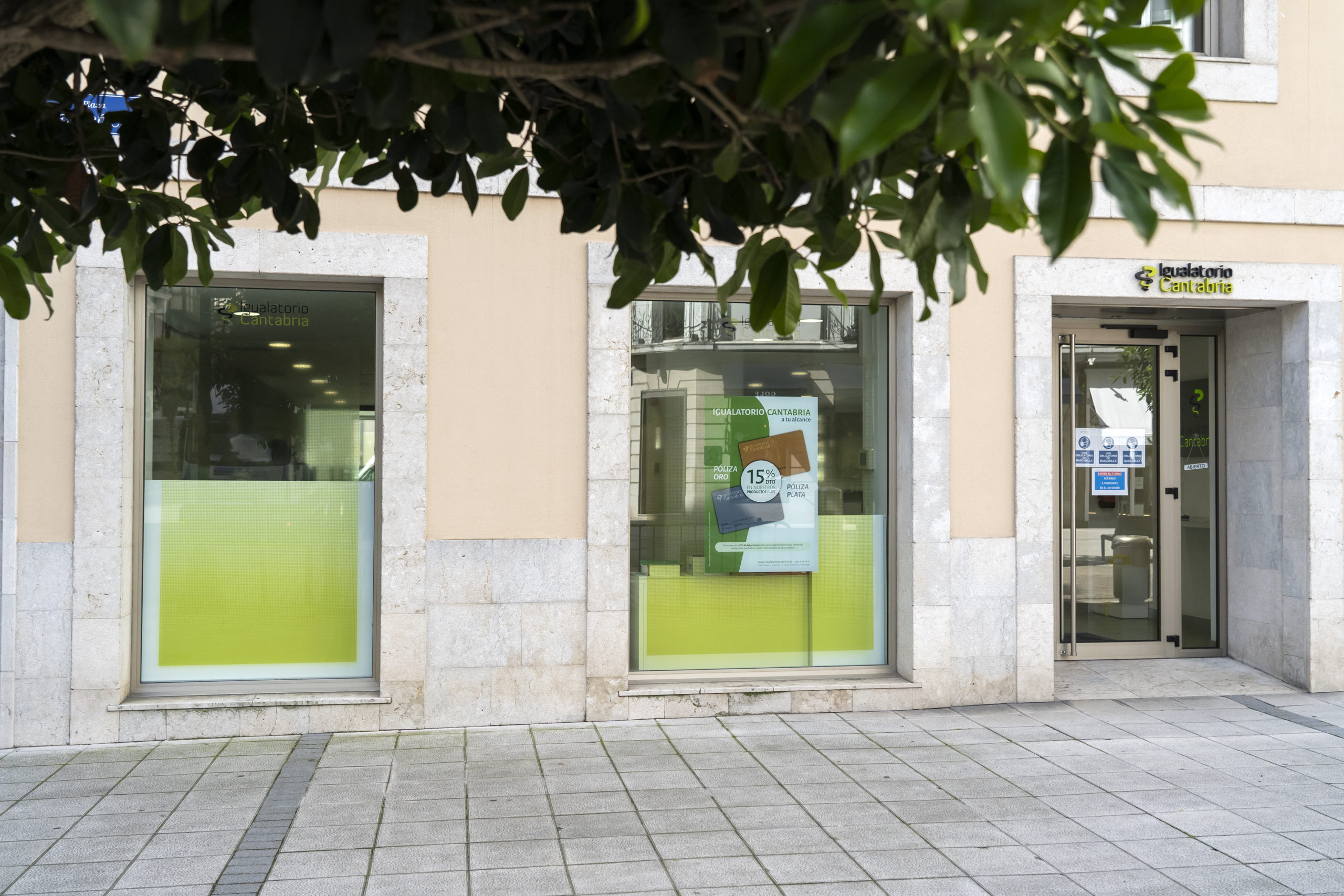 Vista De La Publicidad En Los Ventanales  Exteriores De Las Oficinas Del Igualatorio En Santander.