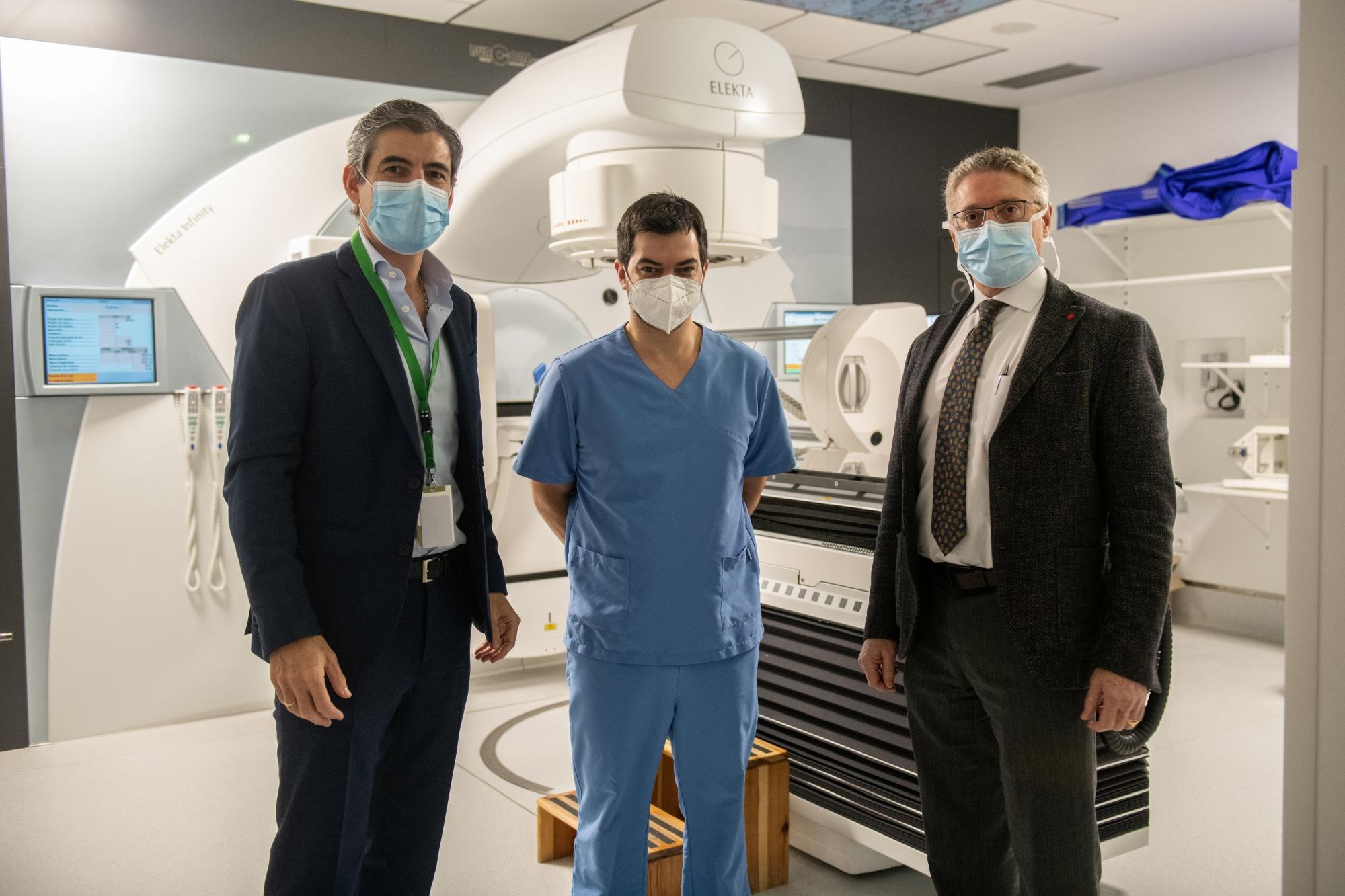 Pablo Corral Y Pedro Prada Con Personal Del Servicio De Oncología De Clínica Mompía