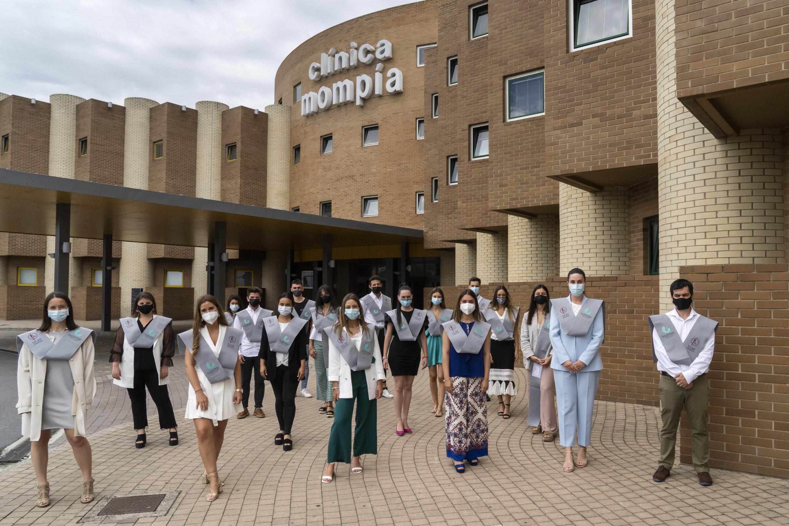 Alumnos De La Primera Promoción De Enfermería En La Entrada De Clínica Mompía